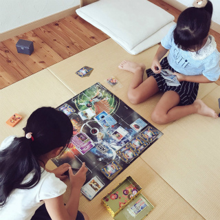 ポケモンカードで遊ぶ娘たち
