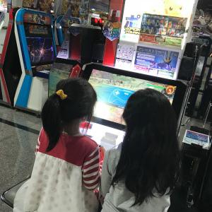 ポッ拳をプレイする娘2人